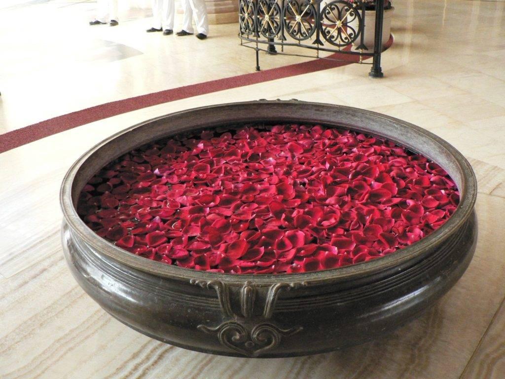Ванна с лепестками роз фото