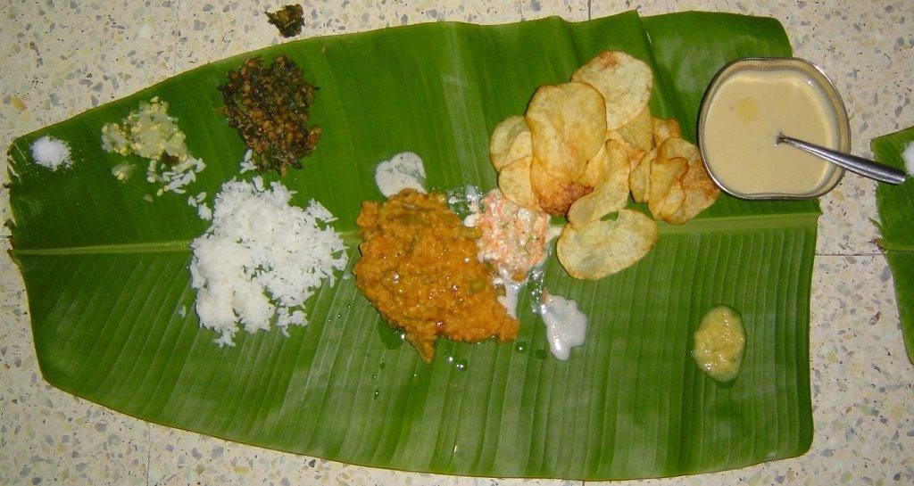 Еда, которая подается в Индии на банановых листьях