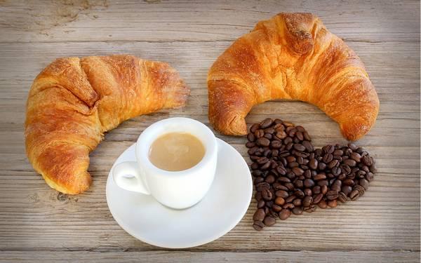 Чашка кофе и круассаны фото