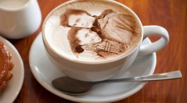 Чашка кофе с рисунком, сделанным на кофе-принтере фото