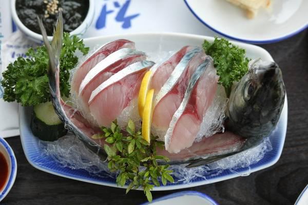 Блюдо из сырой японской скумбрии фото (Scomber japonicus)